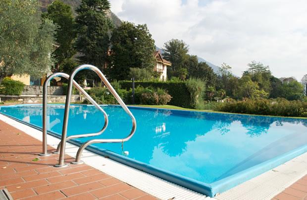 La piscina con vista sul lago d'Iseo